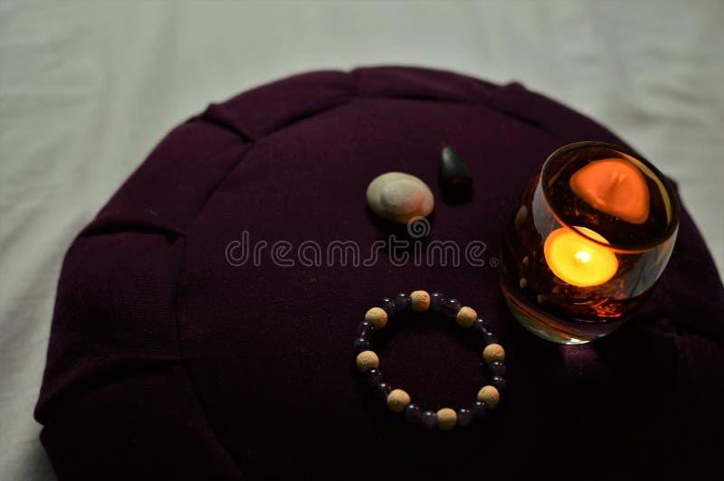 Tranquilité de silence de Zen Buddhist Meditating Room Spirituality de coussin de méditation photographie stock libre de droits