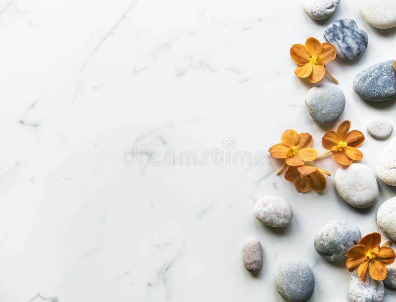Tranquilité saine d'équilibre d'arome de roche de fleur images libres de droits