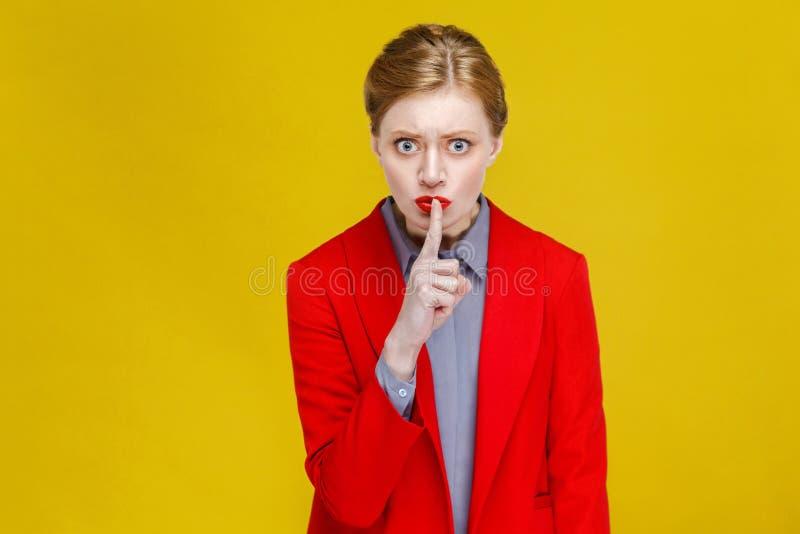 Tranquille ! Femme d'affaires montrant le secret, signe de silence image libre de droits