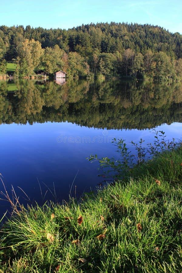 Tranquillo attracchi il lago con la riflessione dell'acqua immagine stock libera da diritti