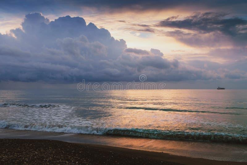 Tranquilochtend in gouden licht in Larnaca royalty-vrije stock foto's