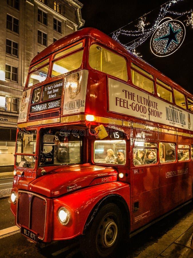 Trans. i London, röd buss naturligtvis royaltyfri bild
