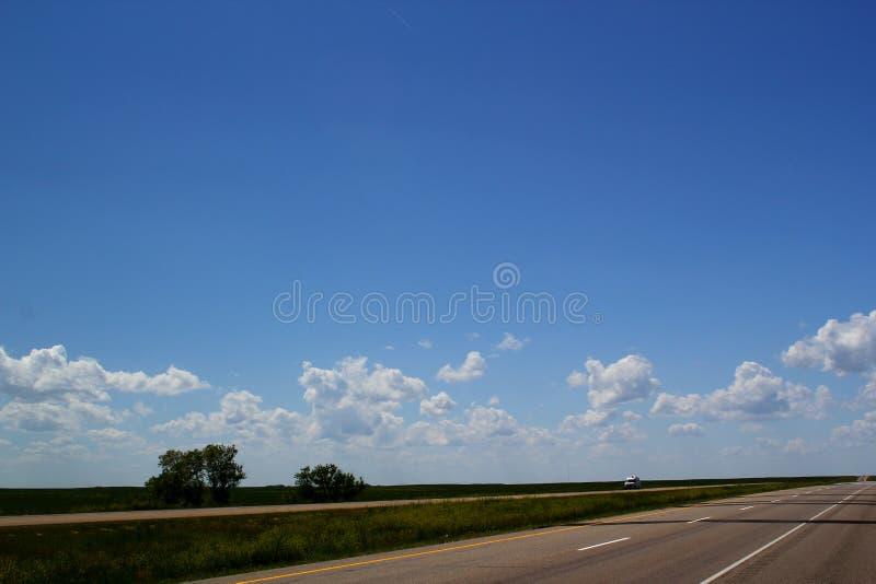 Trans.-Kanada huvudvägöverskrift som är västra av Calgary, Alberta, Kanada - en ändlöst väg/resa/roadtrip/affärsföretag arkivbild