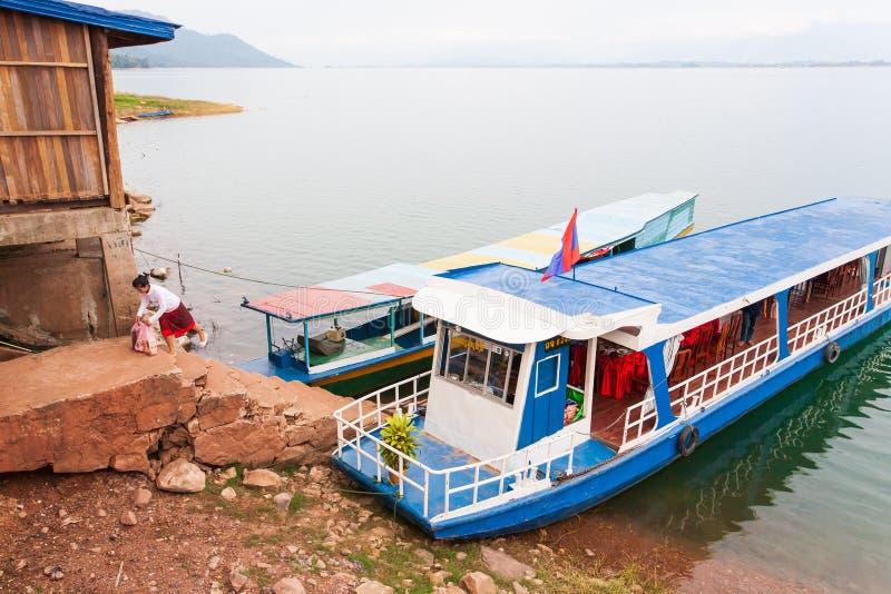 trans Laos flicka med den lokala färjan över Nam Ngum Lake arkivfoto