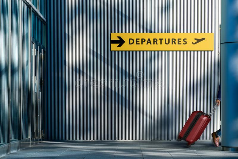 Trans.- och semesterbegrepp, handelsresande som går med Suitc royaltyfria foton