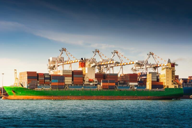 Trans. och shoppa terminalen för logistikpäfyllningsskeppsdocka , Behållareimport och export av industriell havsfrakttransport , royaltyfria foton