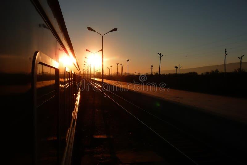 Trans.-Siberian järnväg: fönstersikt av sidan av drevet på soluppgång i en rysk drevstation arkivbild