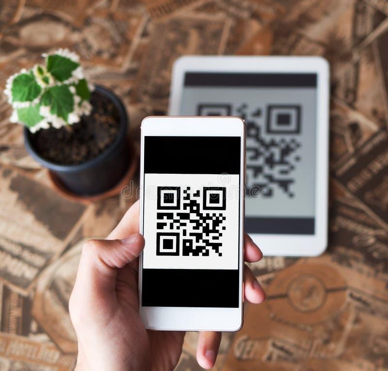 Transação do pagamento do código de QR usando dispositivos móveis do smartphone e da tabuleta foto de stock