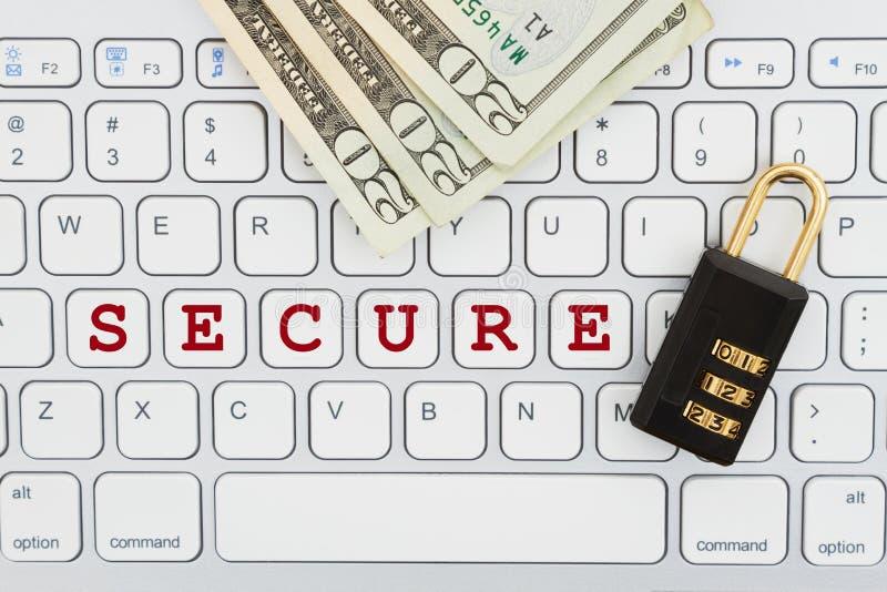 Transação em linha segura com fechamento e dinheiro de combinação em um teclado imagens de stock royalty free