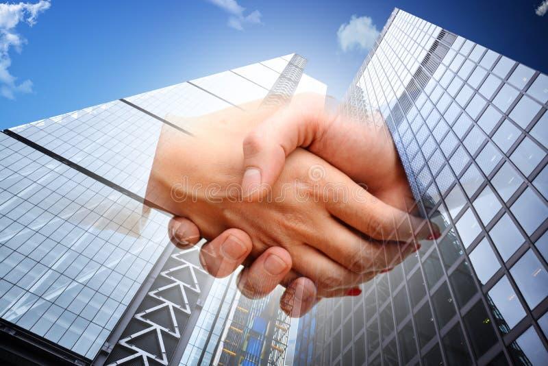 Transacción de las propiedades inmobiliarias que se cierra con los hombres de negocios que sacuden las manos imagenes de archivo