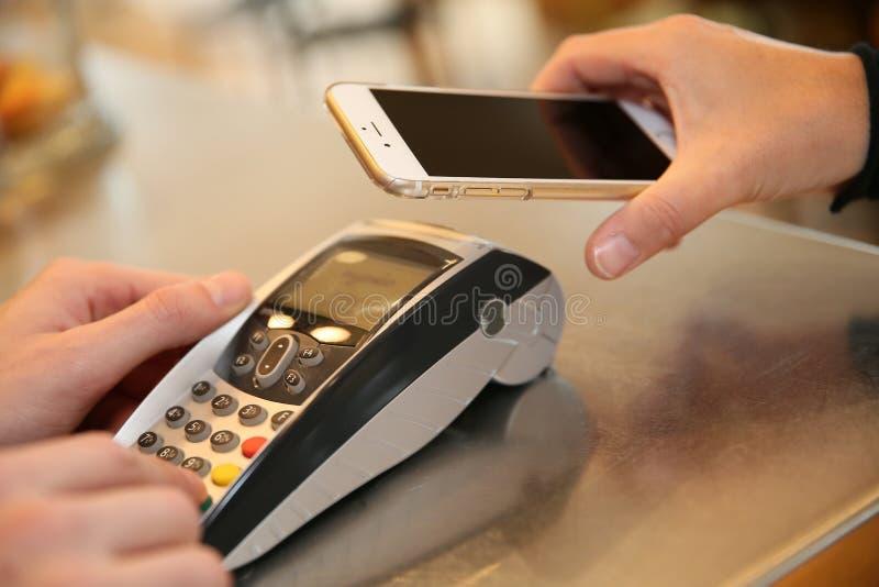 Transacción del pago con smartphone fotografía de archivo libre de regalías