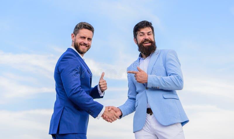 Transacción del trato del socio comercial que confirma Negocio aprobado aceptado por ambos socios Sacudida formal de los trajes d foto de archivo libre de regalías