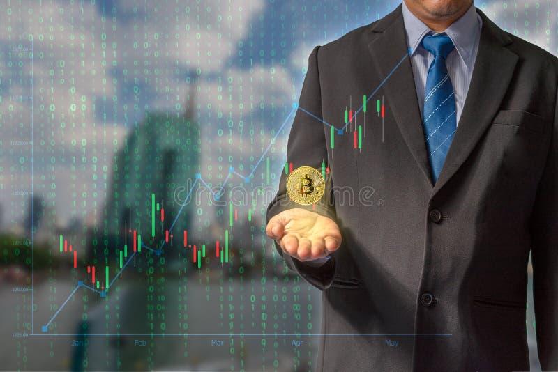 Transacciones en Internet negociando con tecnología del blockchain de la moneda del bitcoin con datos financieros con seguro fotografía de archivo