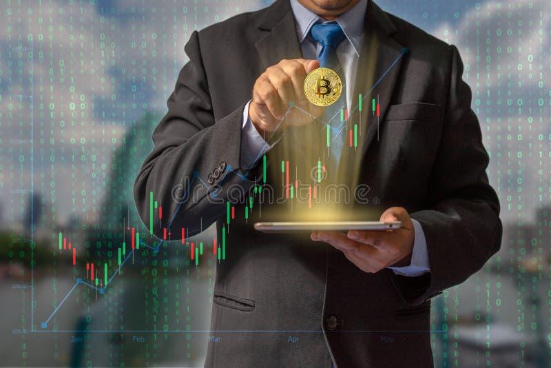 Transacciones en Internet negociando con tecnología del blockchain de la moneda del bitcoin con datos financieros con seguro imagen de archivo