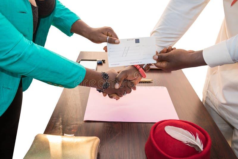 Transactie in Afrika: Cheque/Controleuitwisseling royalty-vrije stock afbeelding
