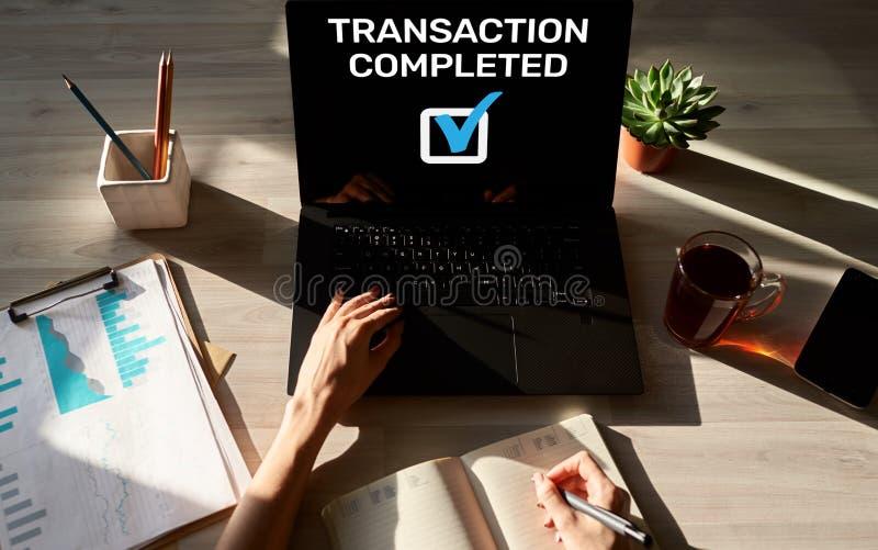 Transactie voltooid bericht op het scherm Digitaal bankwezen en online betalingsconcept stock fotografie