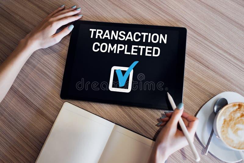 Transactie voltooid bericht op het scherm Digitaal bankwezen en online betalingsconcept royalty-vrije stock foto