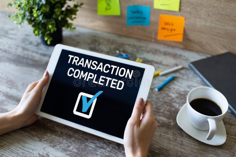 Transactie voltooid bericht op het scherm Digitaal bankwezen en online betalingsconcept royalty-vrije stock afbeeldingen