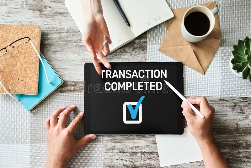 Transactie voltooid bericht op het scherm Digitaal bankwezen en online betalingsconcept stock foto's