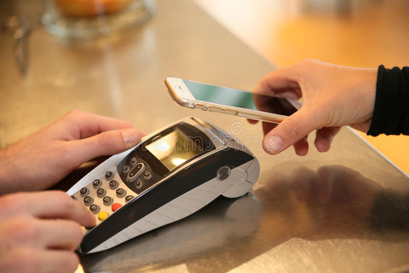 Transaction de paiement avec le smartphone image stock