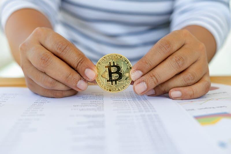 Transaktioner på internet, genom att handla till och med teknologi för bitcoinvalutablockchain till och med finansiella data till royaltyfri foto