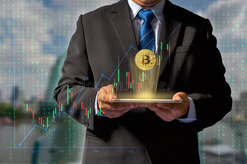 Transaktioner på internet, genom att handla till och med teknologi för bitcoinvalutablockchain till och med finansiella data till royaltyfri bild