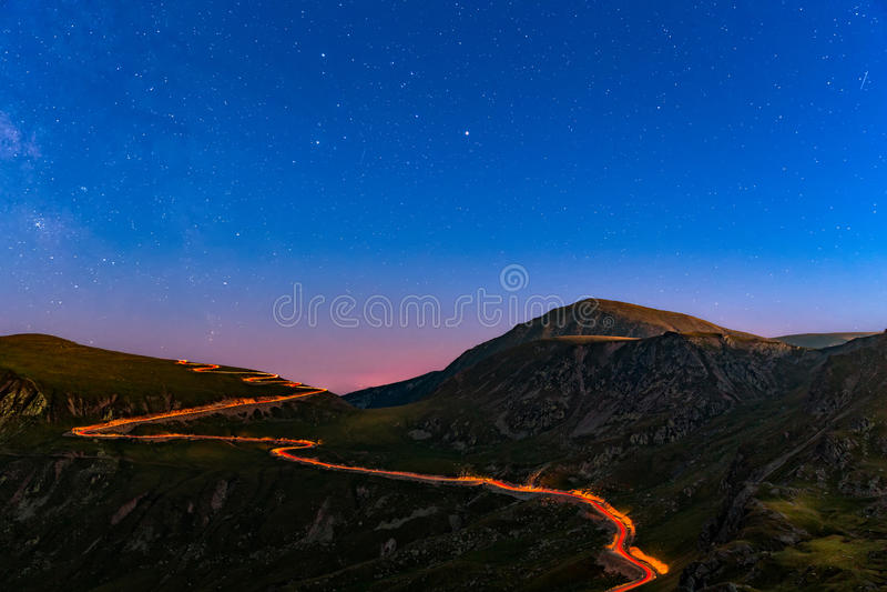 Transalpinaweg onder een sterrige nacht stock afbeeldingen