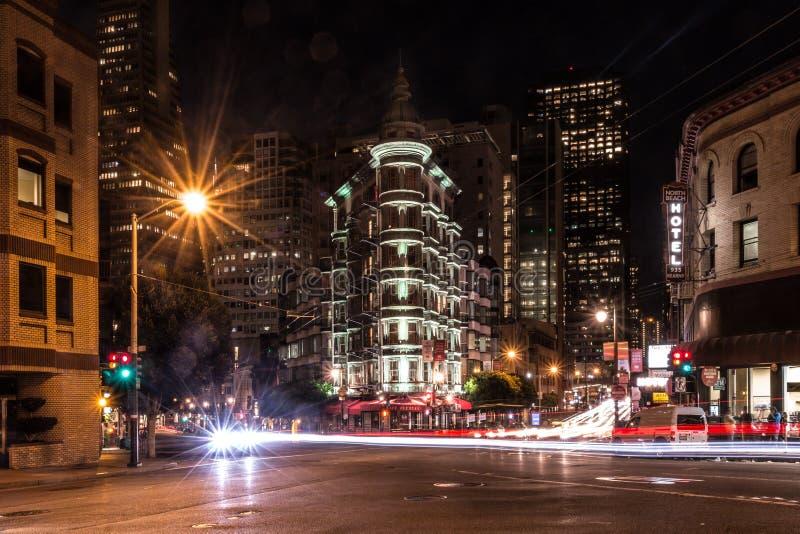 Transamerica och strykjärnbyggnader i San Francisco natt royaltyfria foton