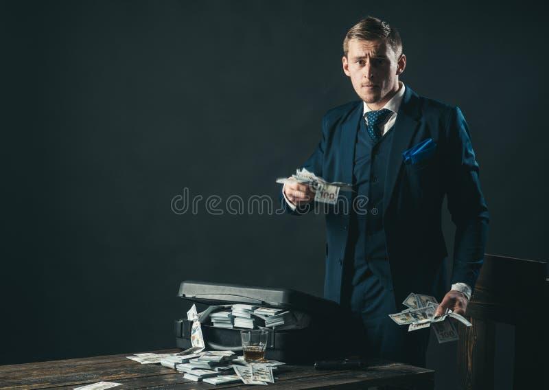 Transazione dei soldi Lavoro dell'uomo d'affari nell'ufficio del ragioniere Economia e finanze Contabile dell'uomo Uomo in vestit fotografia stock libera da diritti