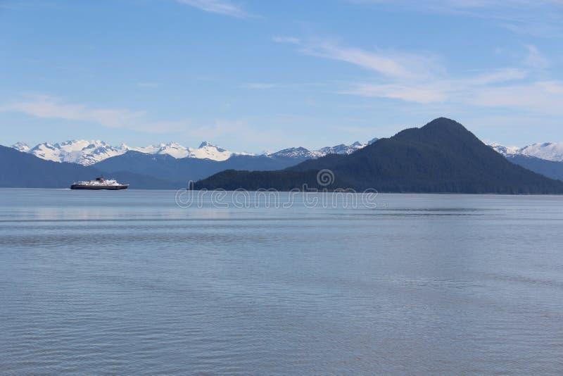 Transbordador de Alaska con la isla de Kadin fotos de archivo