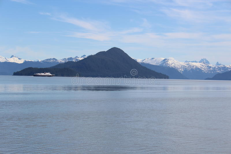 Transbordador de Alaska con la isla de Kadin y la montaña del castillo fotos de archivo libres de regalías