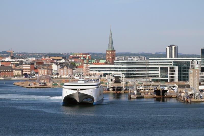 Transbordador de alta velocidad para regar ?reas del puerto y de la ciudad Aarhus, Jutlandia, Dinamarca imagenes de archivo