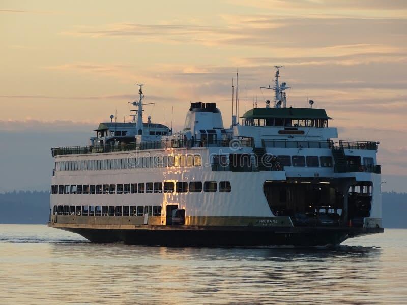 Transbordador de Edmonds en la puesta del sol foto de archivo