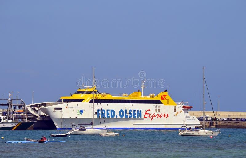 Transbordador de Fred Olsen Express del puerto de Corralejo fotografía de archivo libre de regalías