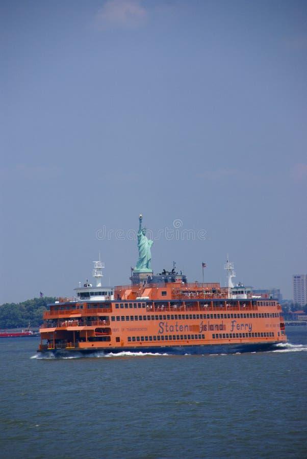 Transbordador de la isla de Staten y estatua de la libertad foto de archivo libre de regalías