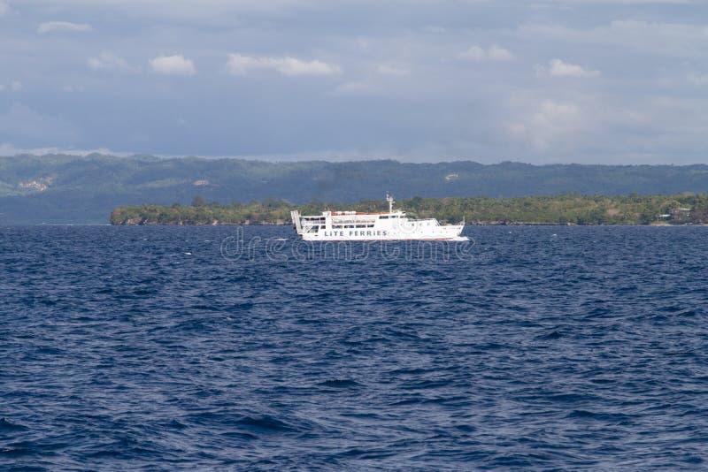 Transbordador de Lite delante de la isla de Bohol, Filipinas fotografía de archivo libre de regalías