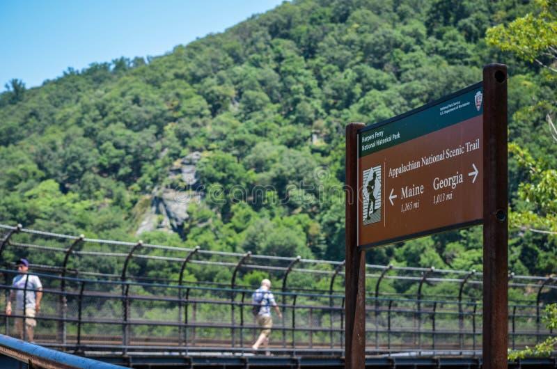 Transbordador de los Harpers, Virginia Occidental - caminantes rectores de la muestra a las dos direcciones del rastro escénico n fotografía de archivo libre de regalías