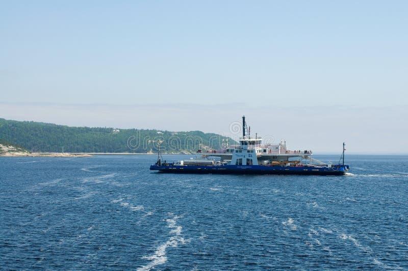 Transbordador de Tadoussac Quebec con las montañas imágenes de archivo libres de regalías