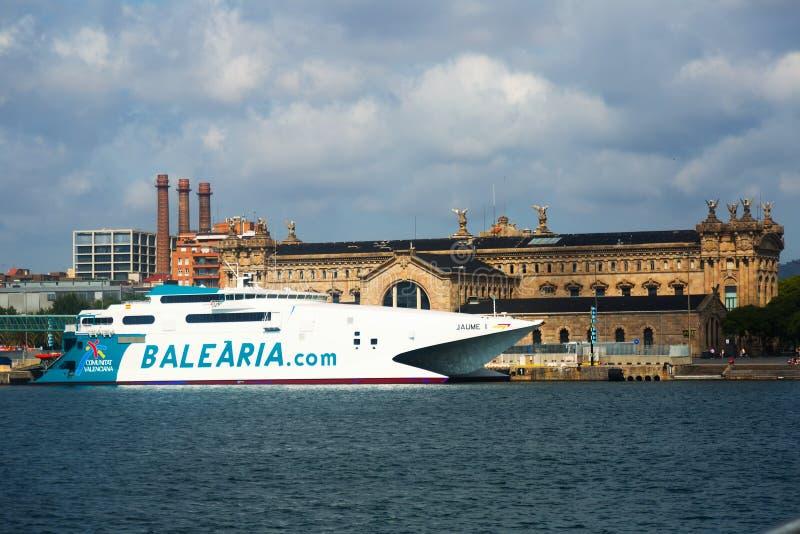 Transbordador del catamarán en el puerto Vell Barcelona, España imagenes de archivo