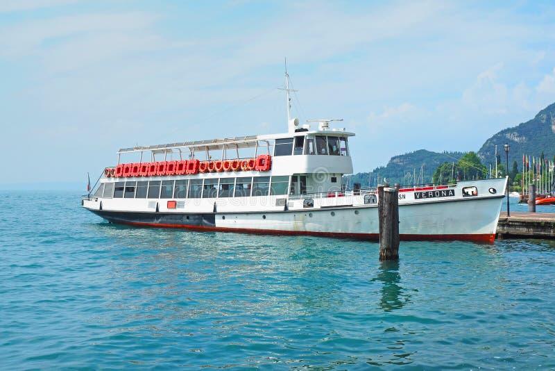 Transbordador en el embarcadero en el lago Garda fotografía de archivo