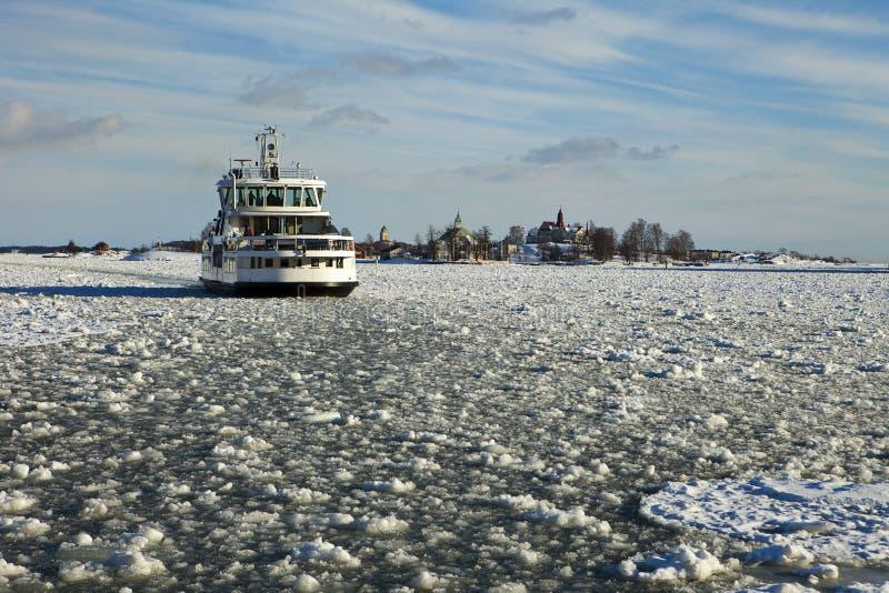 Transbordador en el invierno de Helsinki fotos de archivo libres de regalías