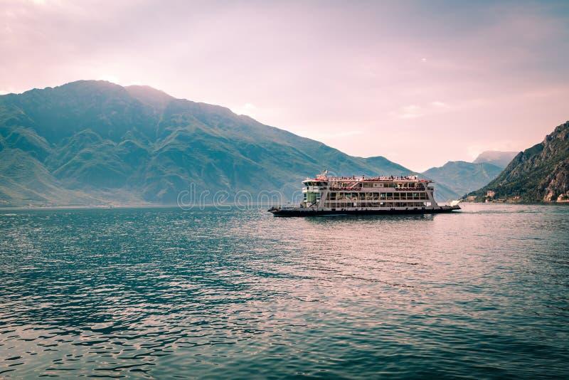 Transbordador en el lago Garda fotos de archivo libres de regalías