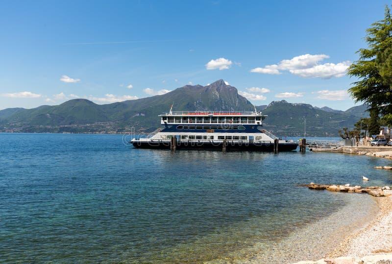 Transbordador en el lago Garda foto de archivo libre de regalías