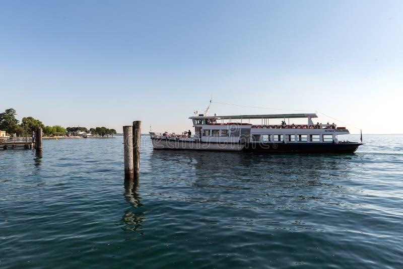Transbordador en el lago Garda fotografía de archivo libre de regalías