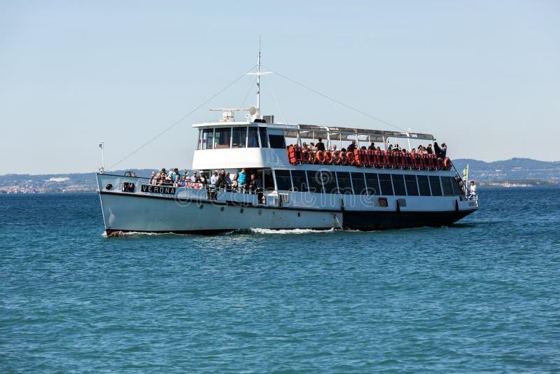Transbordador en el lago Garda fotografía de archivo