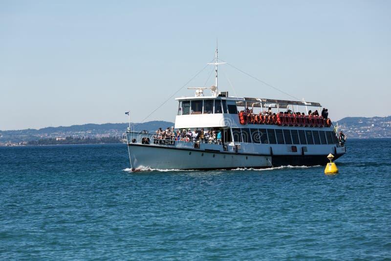 Transbordador en el lago Garda imagenes de archivo
