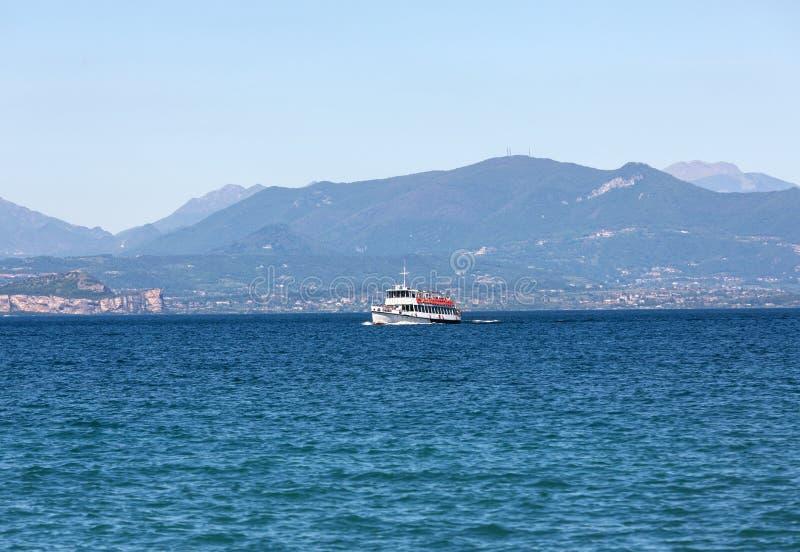 Transbordador en el lago Garda imagen de archivo libre de regalías