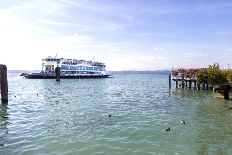 Transbordador en el lago Garda, Sirmione Lago Garda, Sirmione, Italia El lago Garda es una de las regiones turísticas frecuentada imágenes de archivo libres de regalías