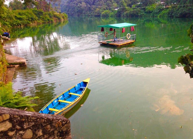 Transbordador en el lago Pheva fotos de archivo