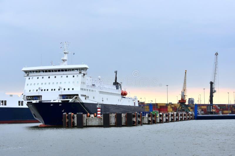 Transbordador en el puerto de Klaipeda imagenes de archivo